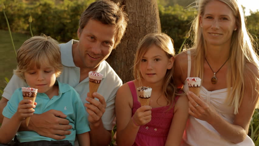 Family Group Eating Ice Cream Stockfootage en -video's ...